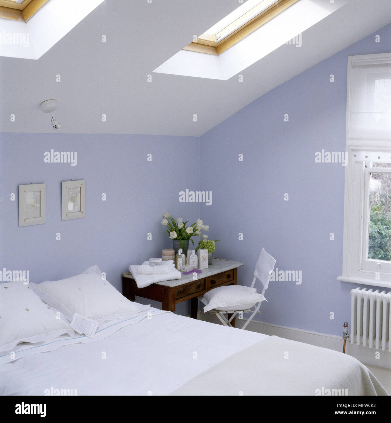 Moderne In Blau Schlafzimmer Mit Dachschrage Oberlichter Doppelbett Mit Spitze Bettwasche Und Einem Lackiertem Metall Stuhl Durch Eine Marmorplatte Tabelle   ...