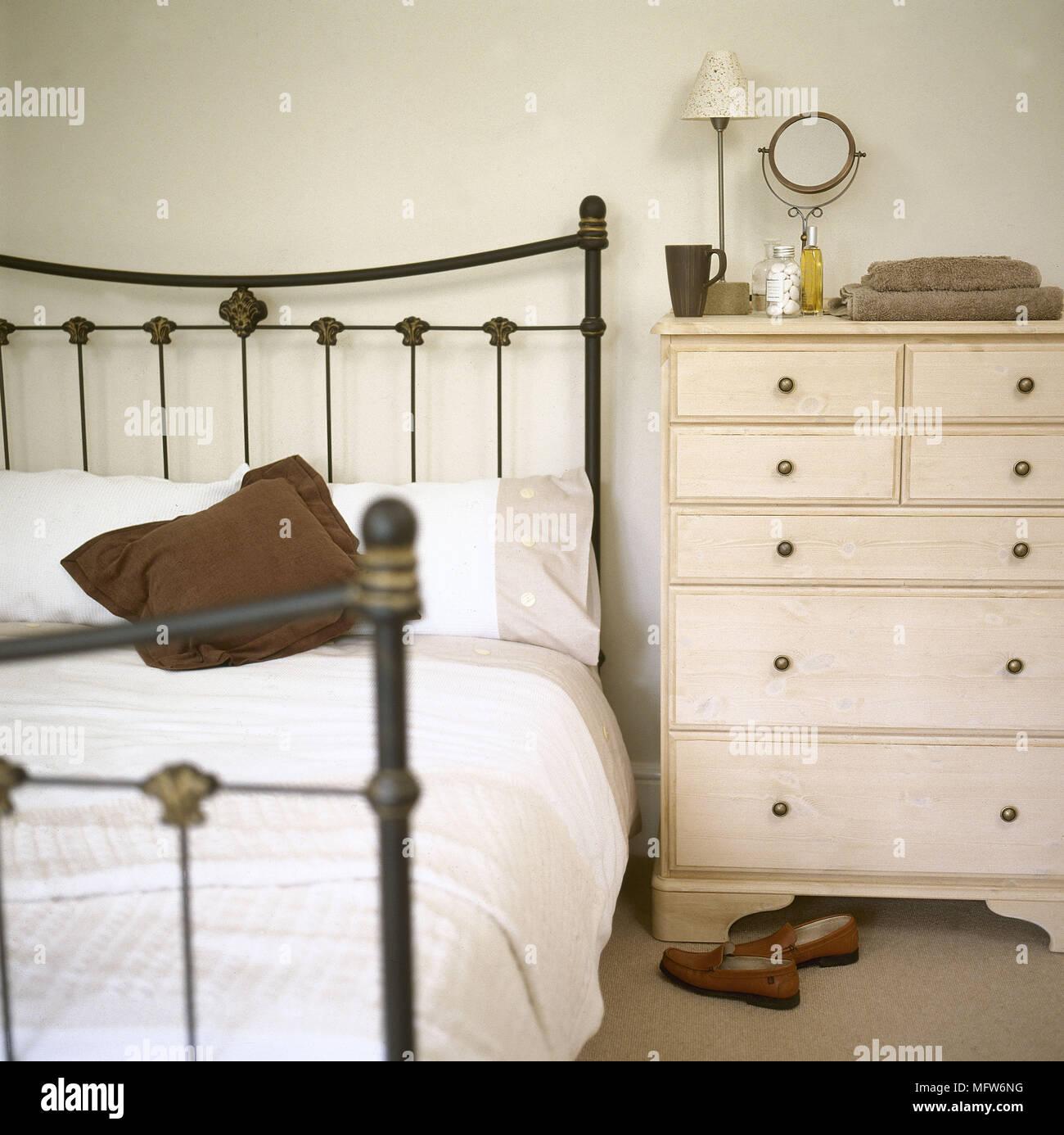 Schmiedeeisernes Bett Und Kommode Im Schlafzimmer Stockfoto Bild