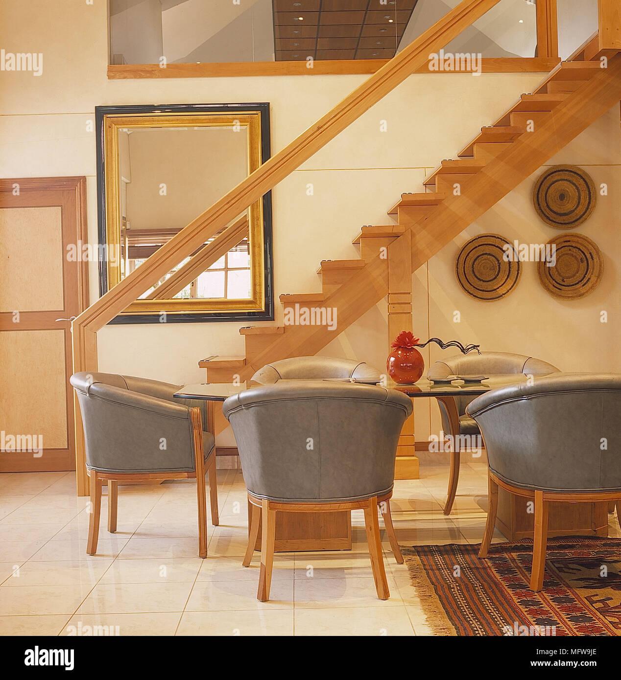 Wohnzimmer detail weiße Wände, geflieste Böden Holztreppe ...