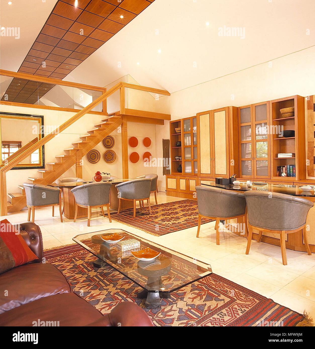 Wohnzimmer weiße Wände aus Holz leder Whirlpool Stühle sofa ...