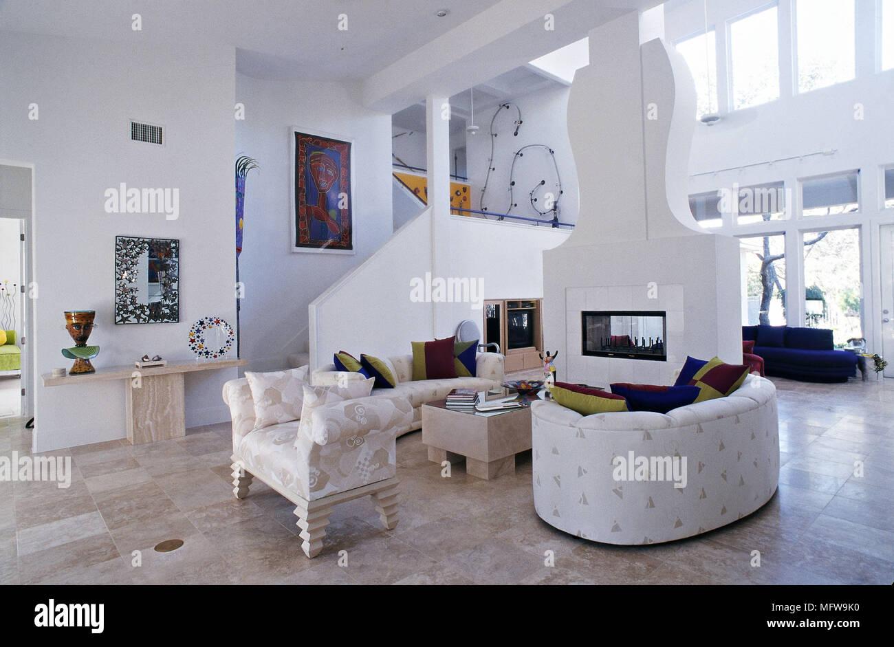 Geräumige Und Moderne Zimmer Mit Weißen Wänden Und Gemusterten Sofas  Skulpturale Kamin Schornstein Fensterwand Und Offene