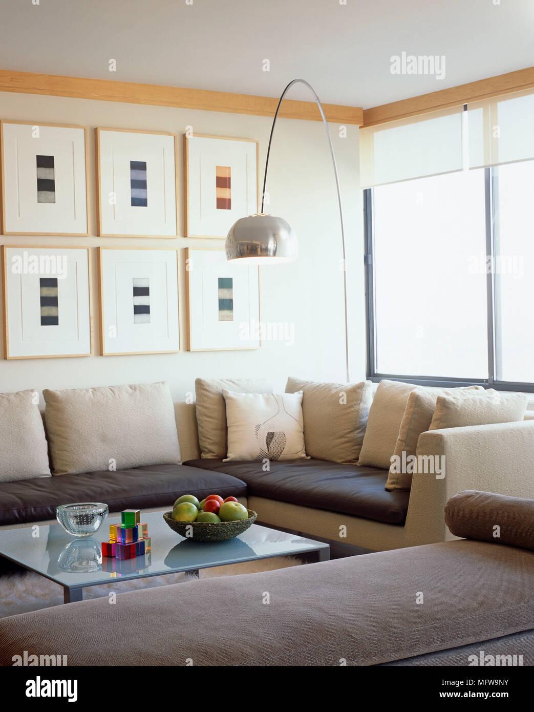 Arco Lampe Uber Ein Gepolstertes Sofa Und Couchtisch Aus Glas Stockfotografie Alamy