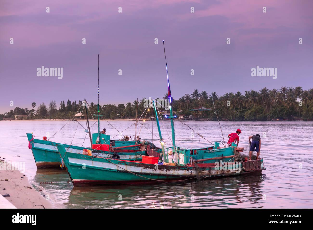 Fischerboote auf dem Preaek Chhu Tuek Fluss Kampot Stadt Stockbild