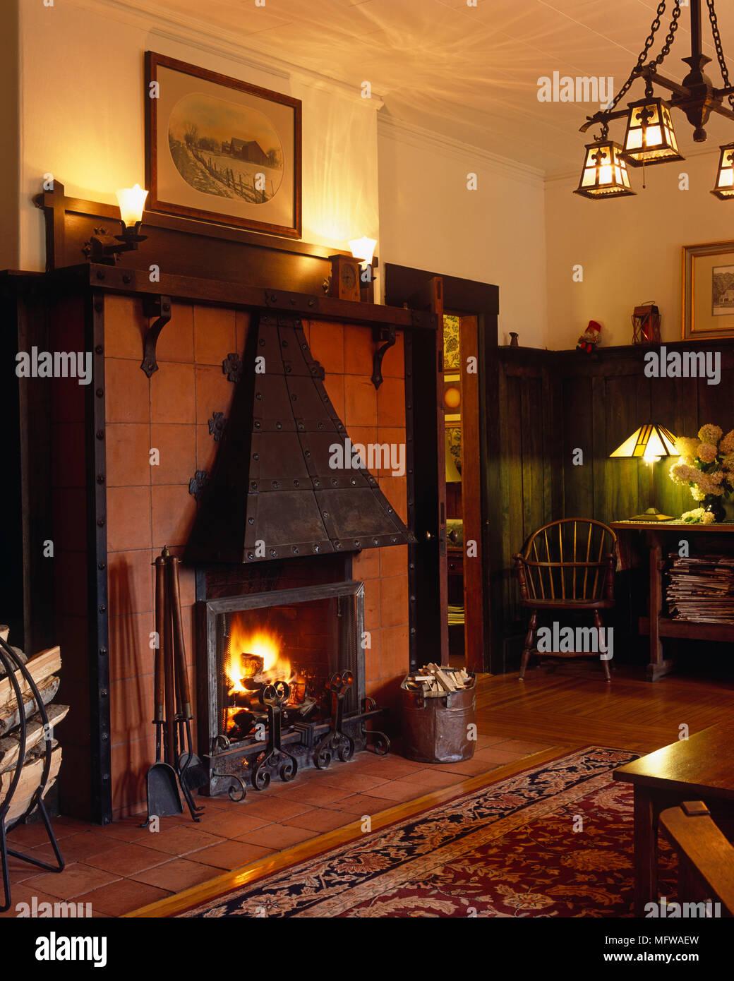 Kamin mit brennenden Feuer im gemütlichen Wohnzimmer Stockfoto, Bild ...