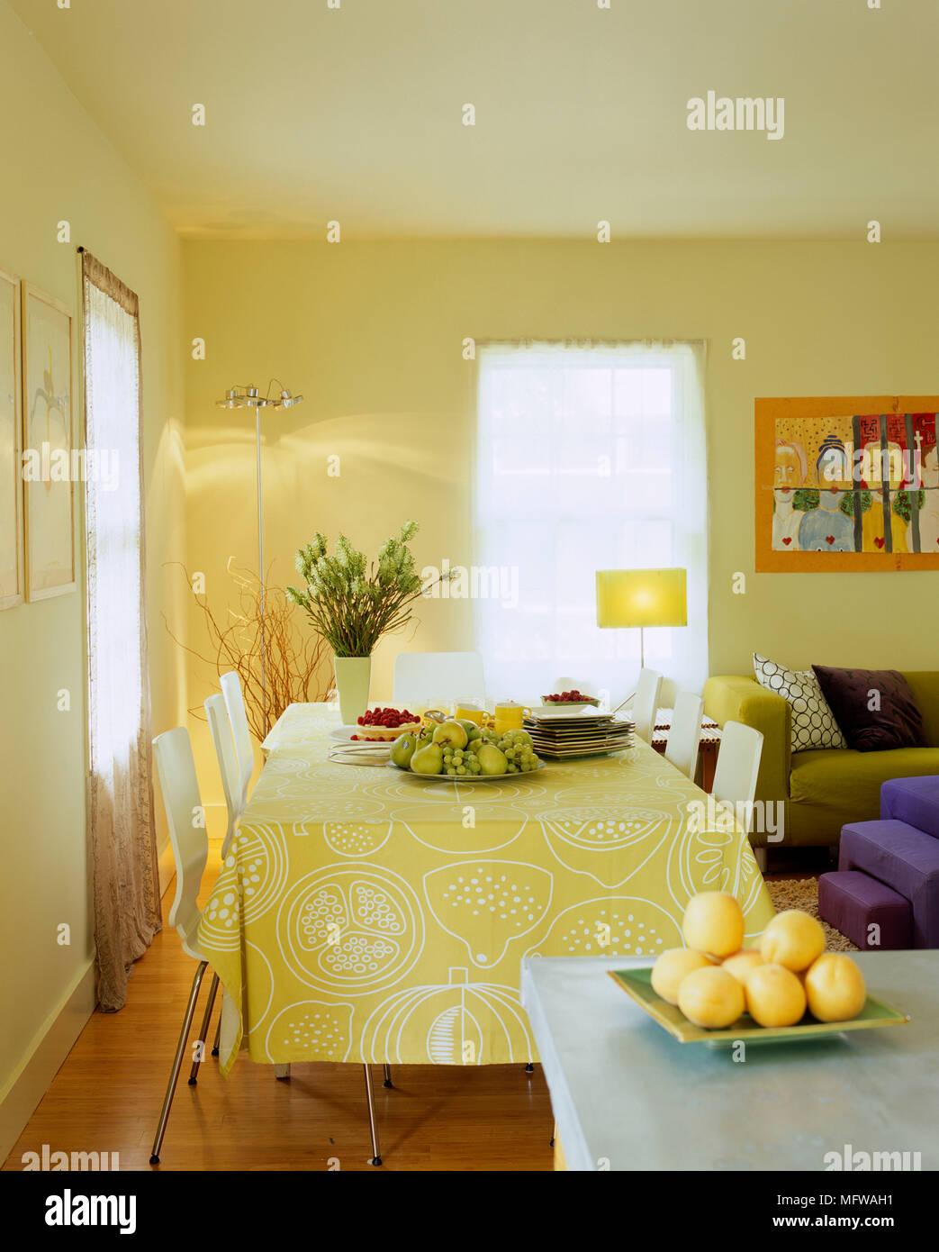 Essen Am Tisch In Gelb Esszimmer Stockfoto Bild 181880637 Alamy