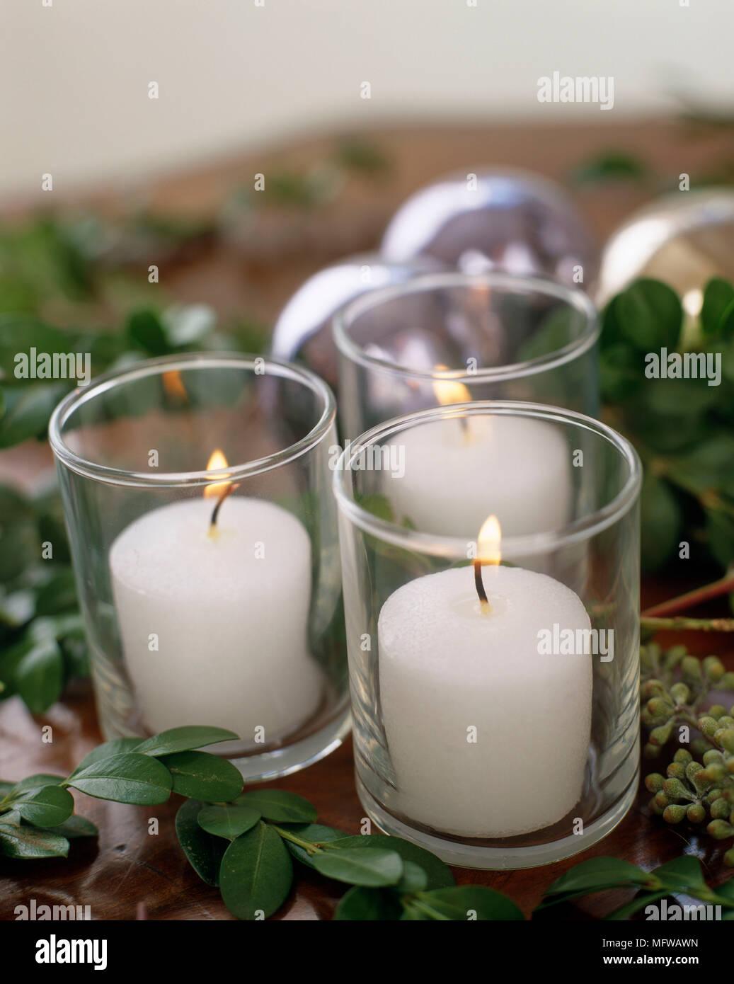 Einzelne Christbaumkugeln.Kerzen Im Glas Kerzenhalter Mit Christbaumkugeln Hinter