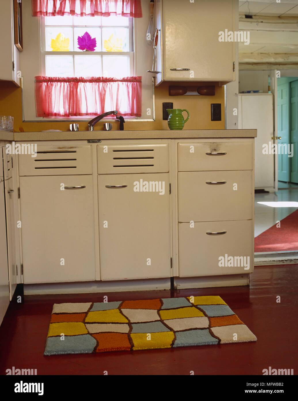 Retro Stil Küche ausgestattet mit Waschbecken Stockfoto, Bild ...