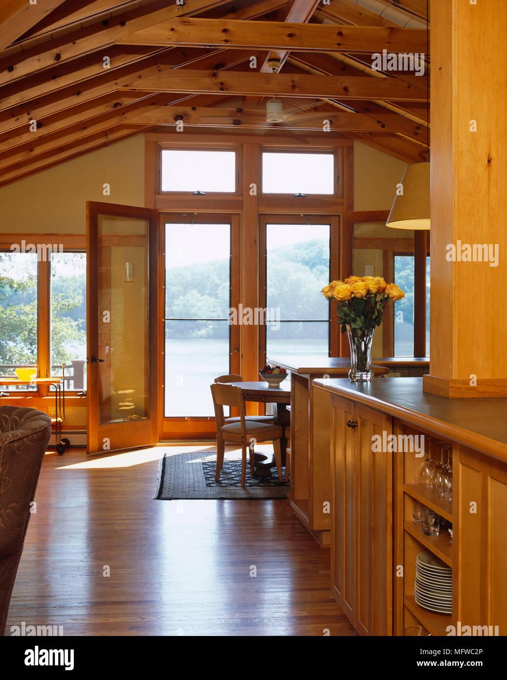 Holz Ausgestattet Im Landhausstil Zimmer Mit Deckenbalken Stockfoto