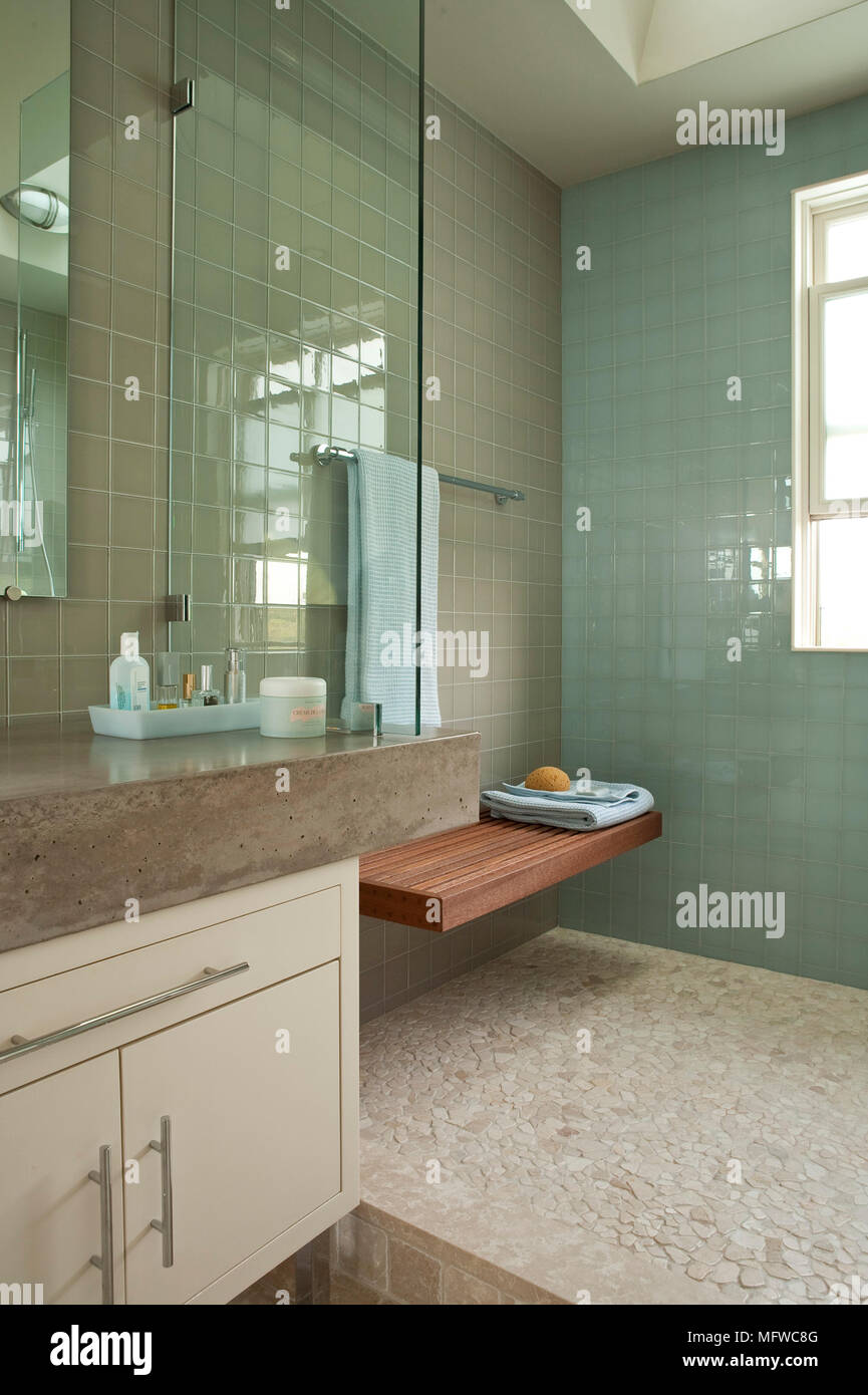 Dusche mit Sitz in moderne Nasszelle Stockfoto, Bild ...