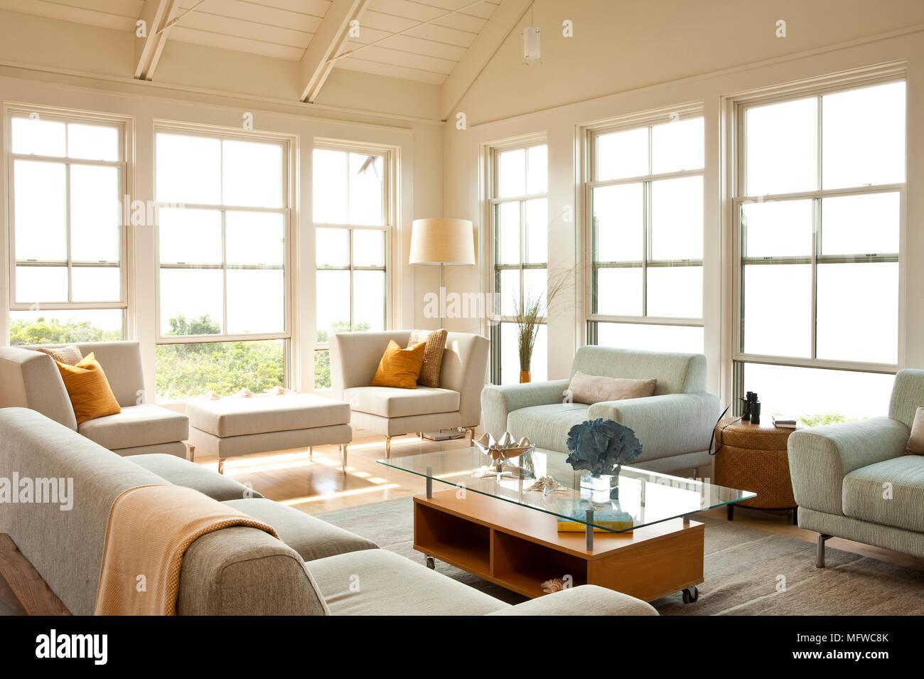 Wohnzimmer Komplett Landhausstil | Gepolsterte Sitzgelegenheiten Rund Um Glas Couchtisch Angeordnet Im