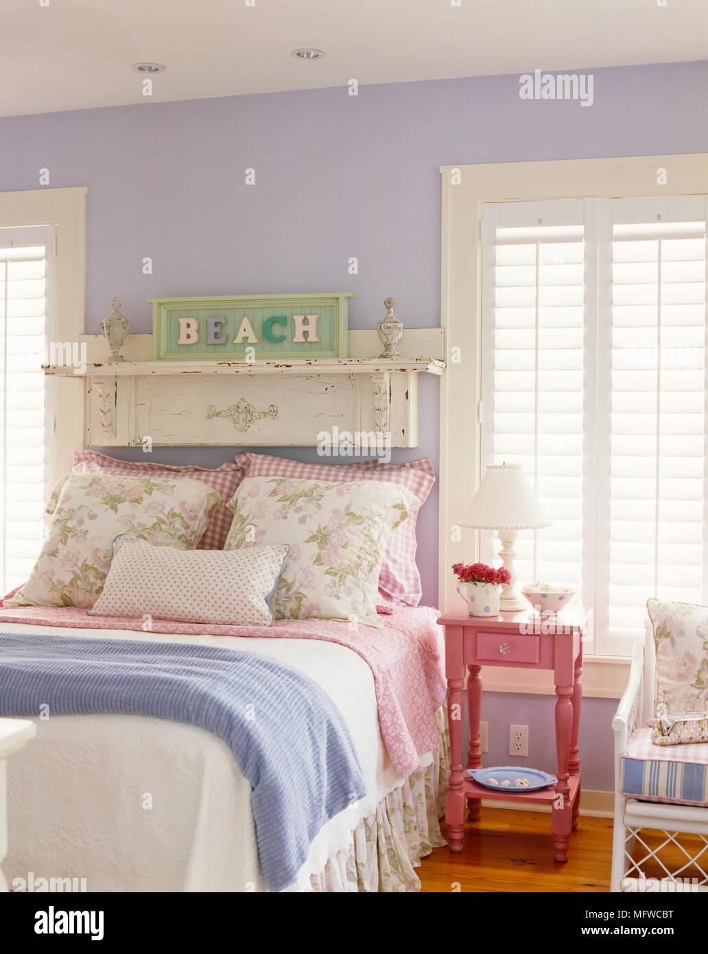 Rosa Nachttisch neben dem Doppelbett in Lavendel ...