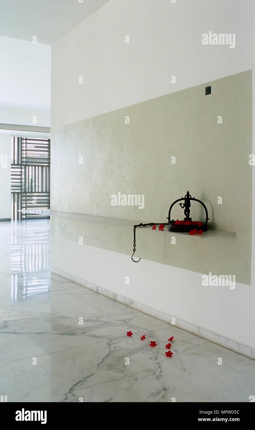 flur mit marmorboden mit ornament im regal stockfoto, bild
