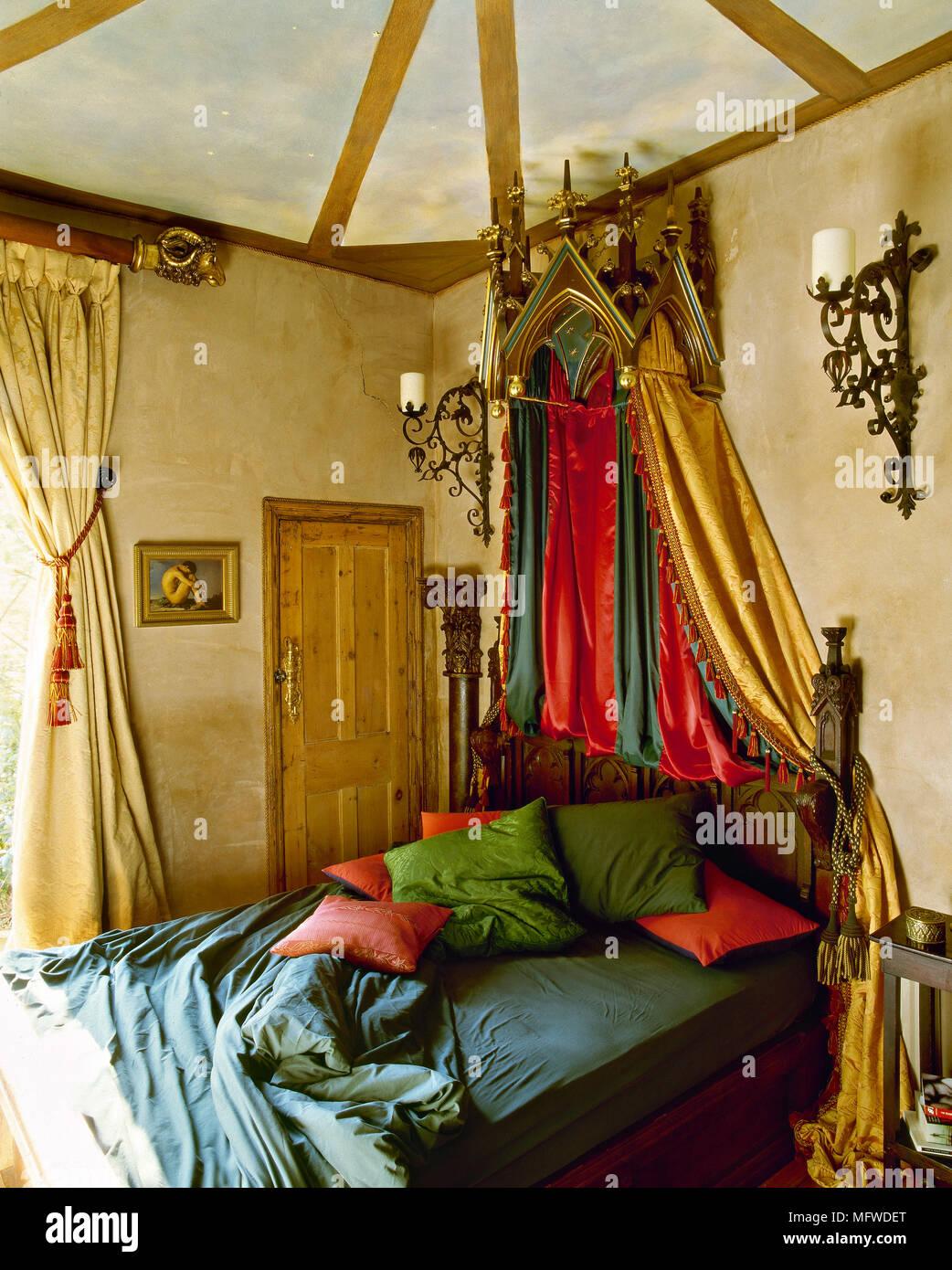 Eine gotische gestalteten Schlafzimmer mit gelben Wänden, Holzdecken ...