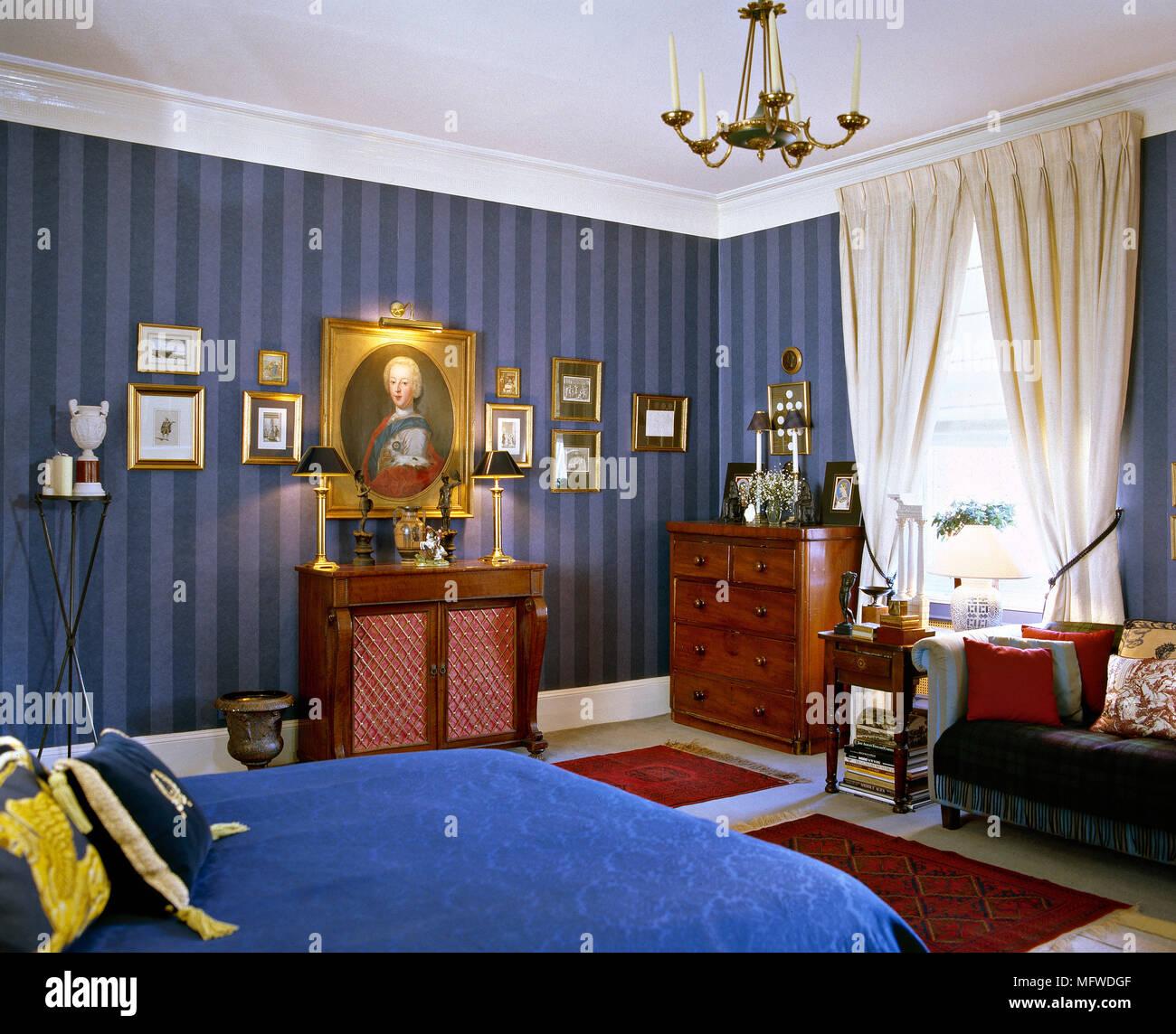 Blau gestreifte Tapeten, Schlafzimmer mit Doppelbett und ...