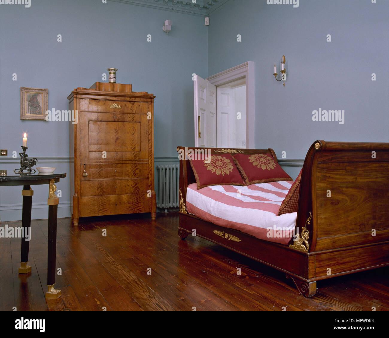 Blaues Schlafzimmer mit Holzboden, Schlitten Tag Bett mit ...