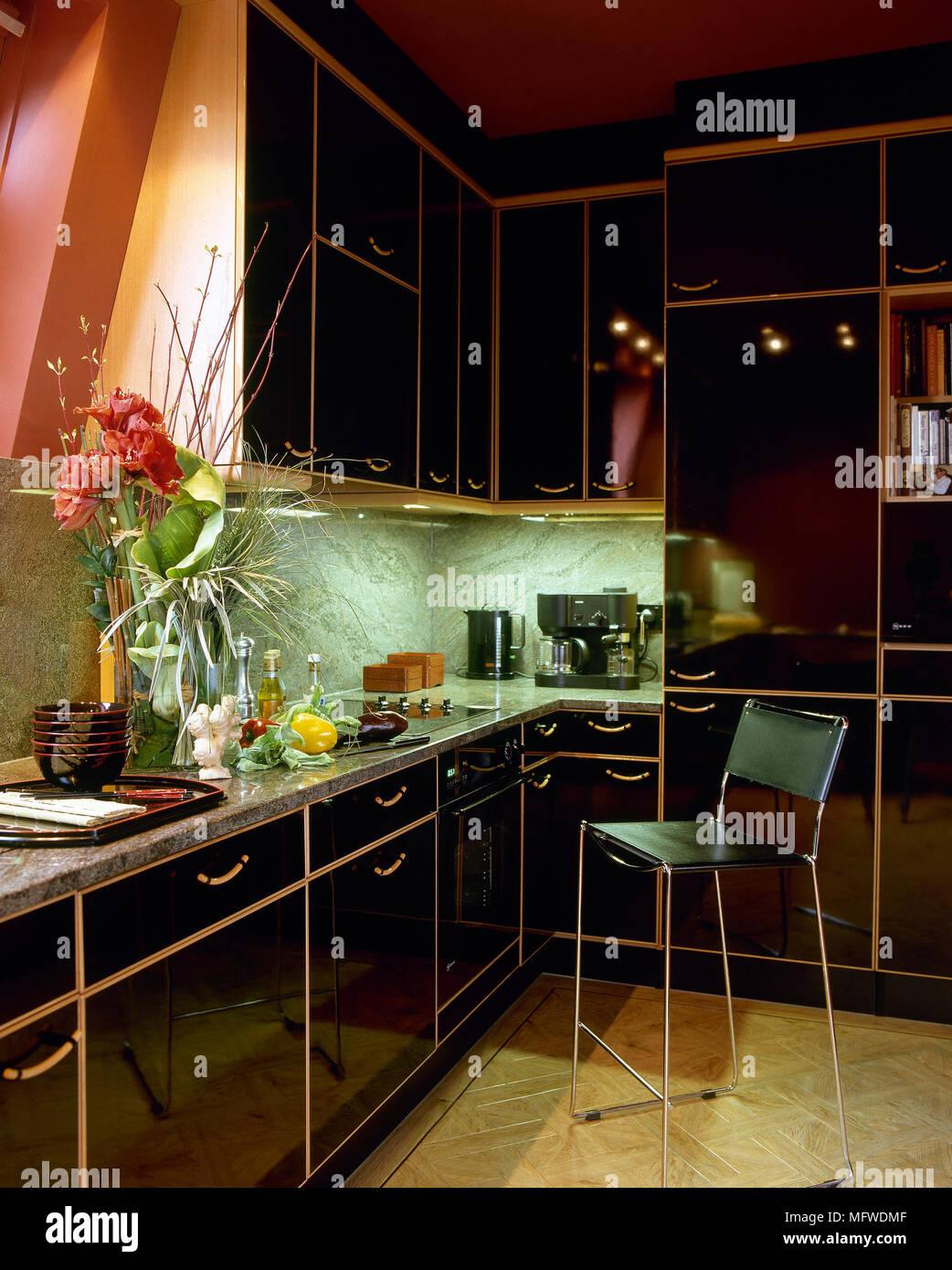 Rote Küche mit schwarz lackierten Einheiten und Granit ...