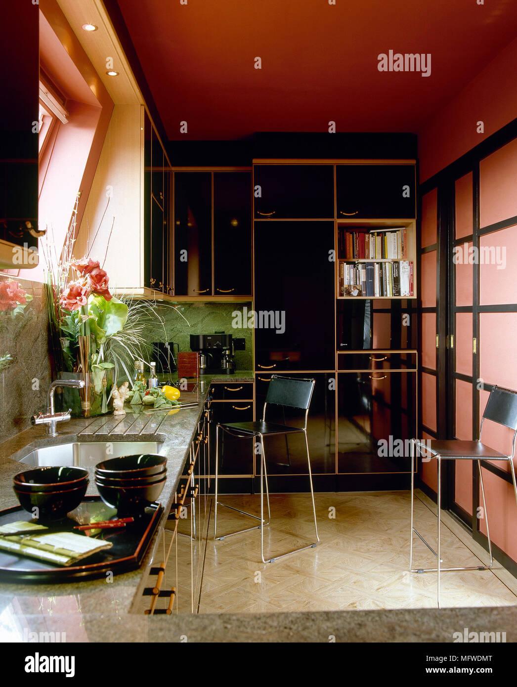Rote Küche mit Spüle aus Granit Arbeitsplatte, Hocker, Chrom ...