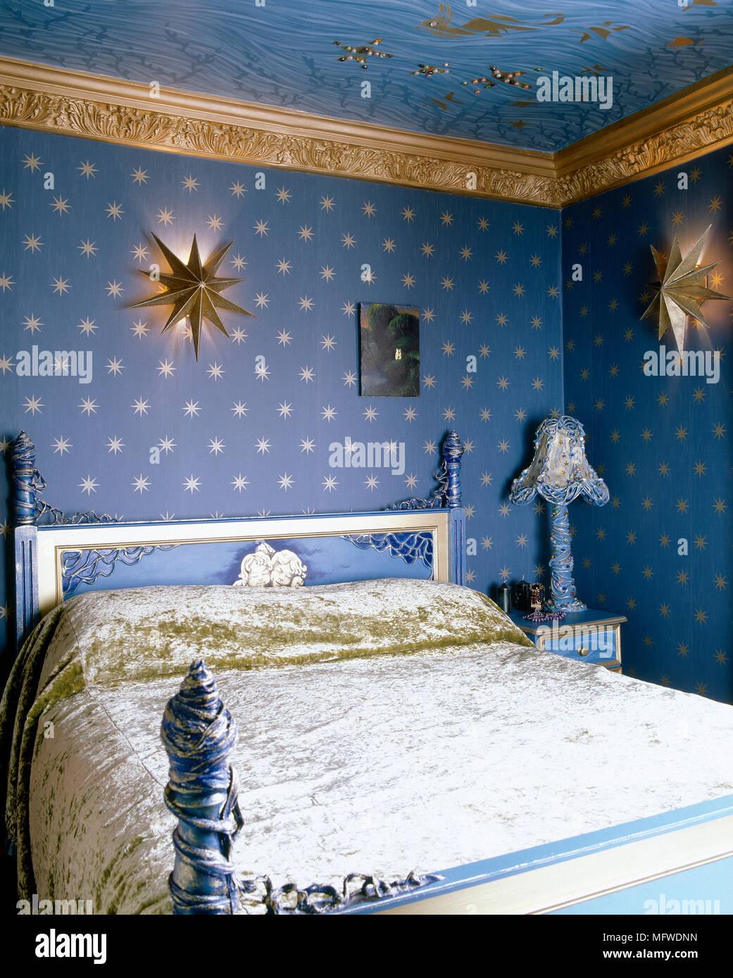 Blaues Schlafzimmer Mit Stern Motiv Tapeten Und Lackiert Bett Mit  Zerquetschter Samt Bettbezüge,