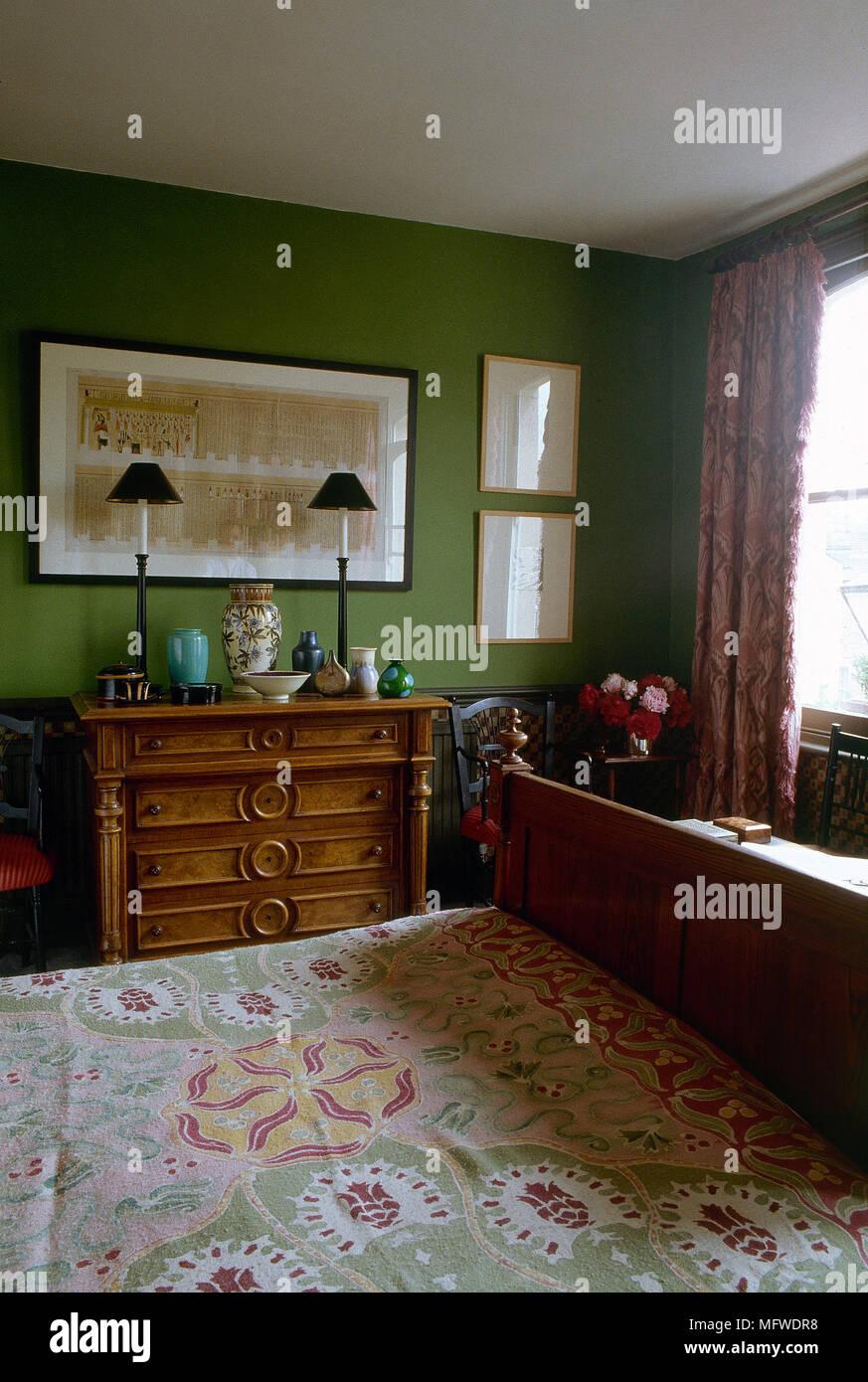 Doppelbett Und Holzerne Kommode In Grun Schlafzimmer Stockfotografie Alamy