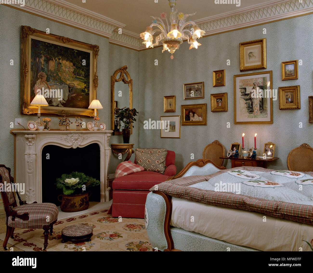 Grand Blue Schlafzimmer mit Muster Tapete und Kamin und ...