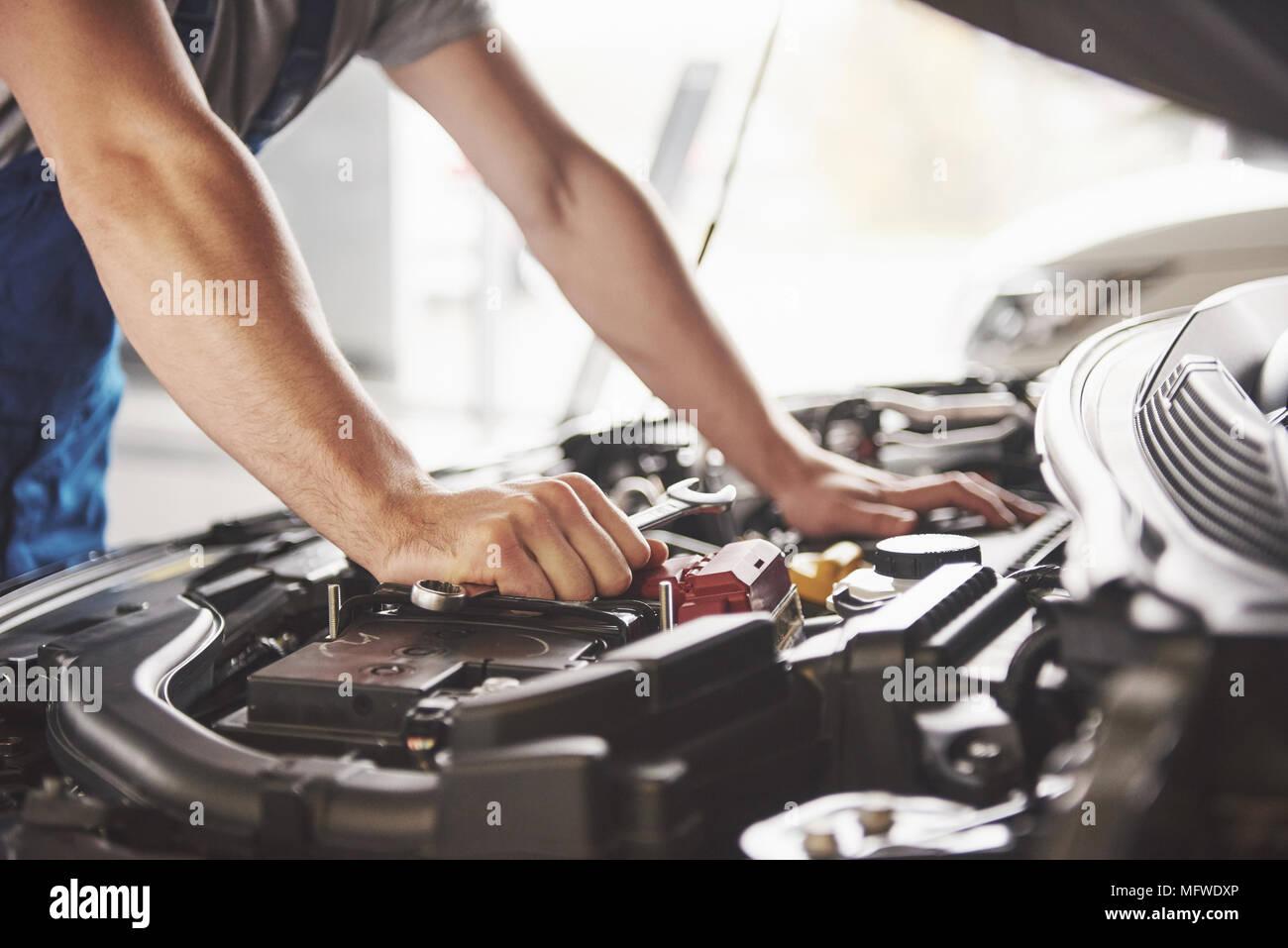 Automechaniker in der Garage arbeiten. Reparatur Service Stockbild