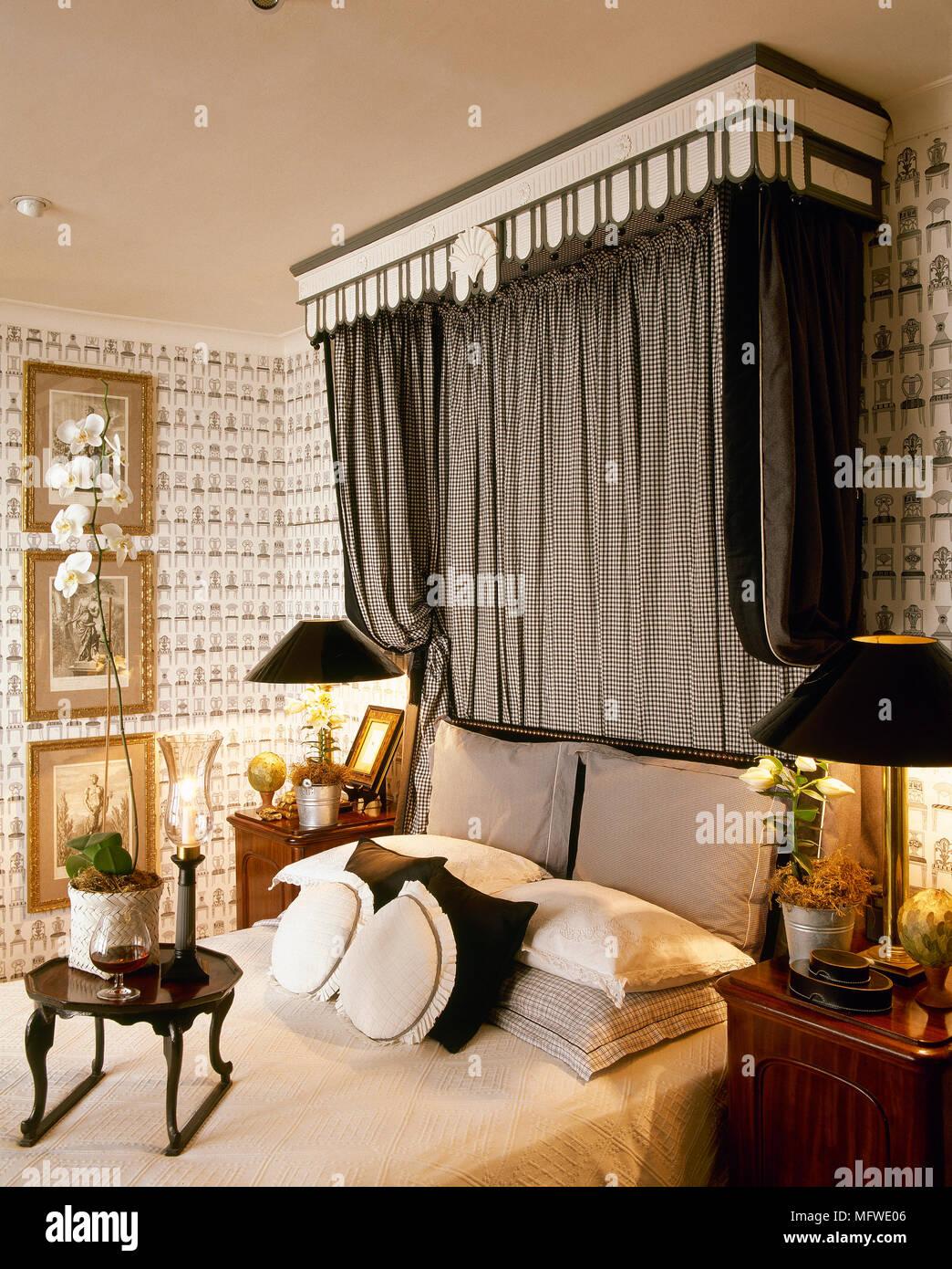 Doppelbett im Schlafzimmer mit Stoff Himmelbett, Muster ...