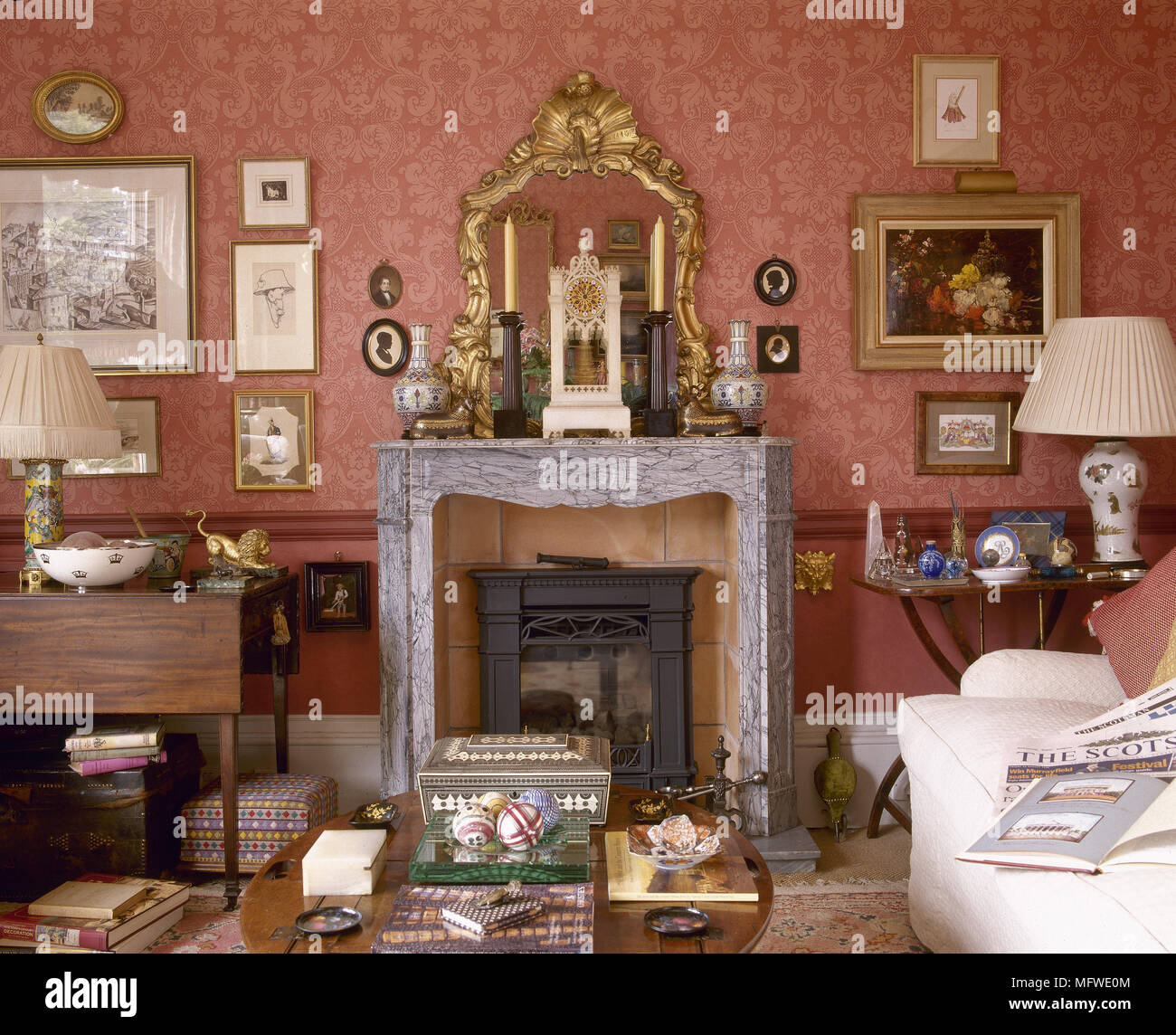 Rote Wohnzimmer mit Muster Tapete und Kamin aus Marmor mit ...
