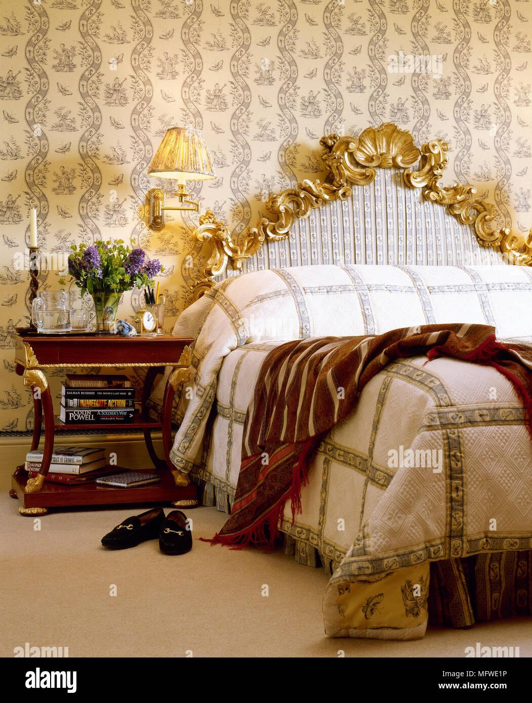 Gelbe Schlafzimmer mit Muster Tapete und Doppelbett mit ...