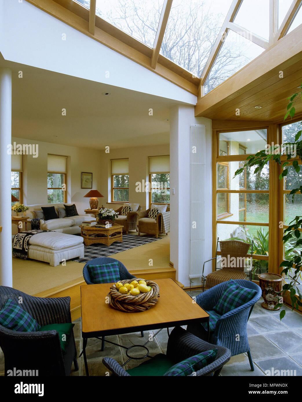 Ein Moderner Wintergarten Mit Glasdach Esstisch Mit Korbstuhlen Und