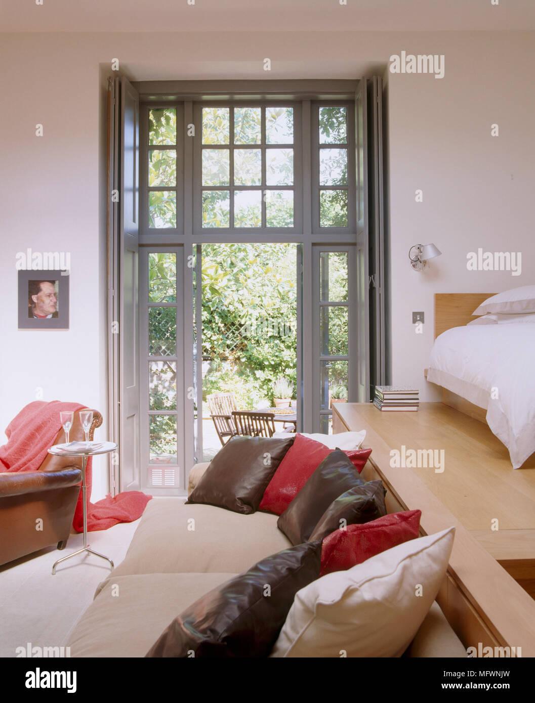 Eine moderne, offene, auf 2 Ebenen wohnen Wohnzimmer, ein Bett auf ...