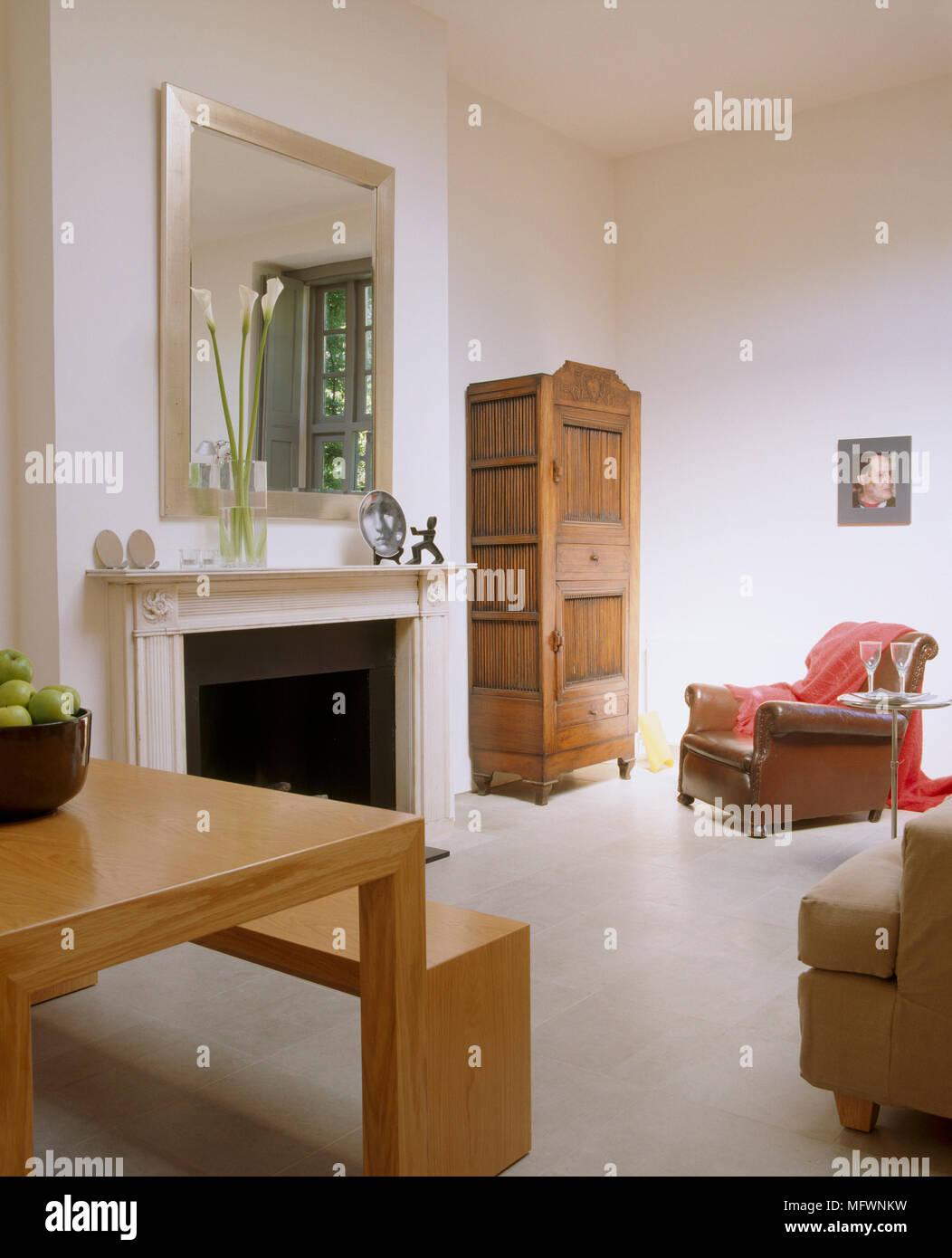 Spiegel überm Esstisch fireplace mirror chair table stockfotos fireplace mirror chair
