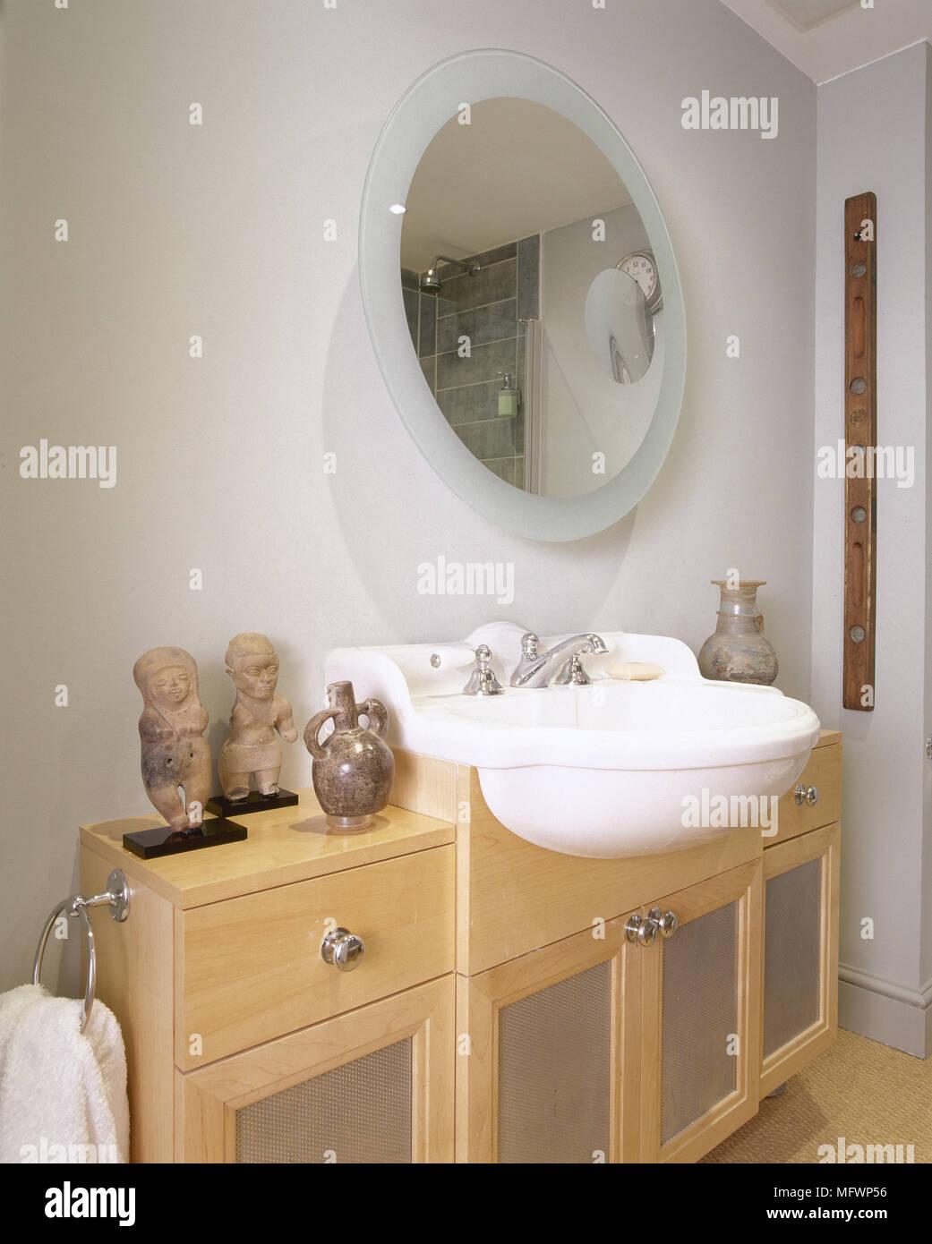 Modernes Badezimmer mit einem Waschbecken in einem Holzschrank ...
