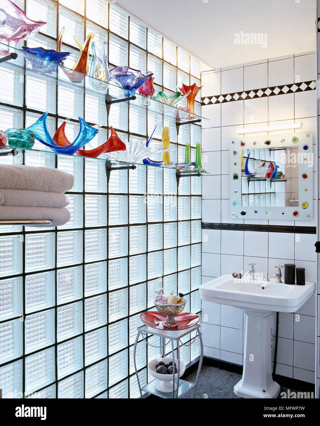 Modernes Badezimmer Mit Standwaschbecken, Dekorative Spiegel Und Einem Glas  Block Wand Anzeigen Bunte Glas Auf Glas Regale.