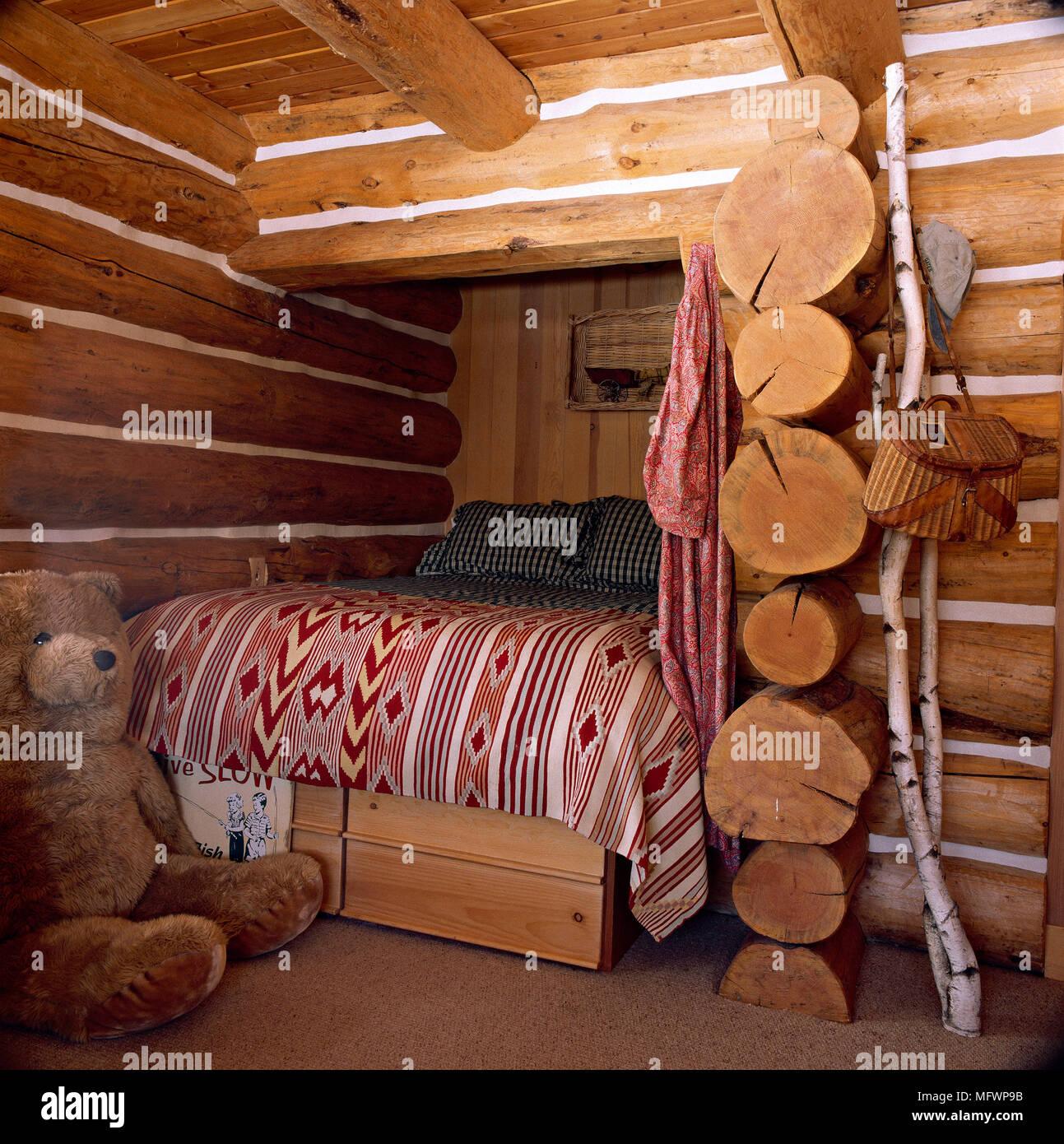 Schlafzimmer mit Holzwänden und Bett im Alkoven Stockfotografie