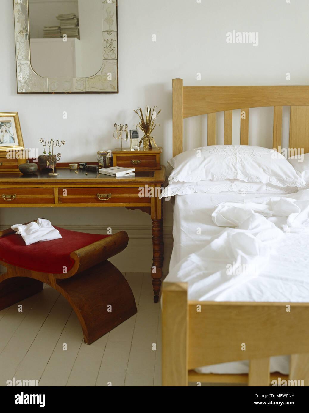 Schlafzimmer mit Doppelbett neben Schminktisch und gepolsterten ...