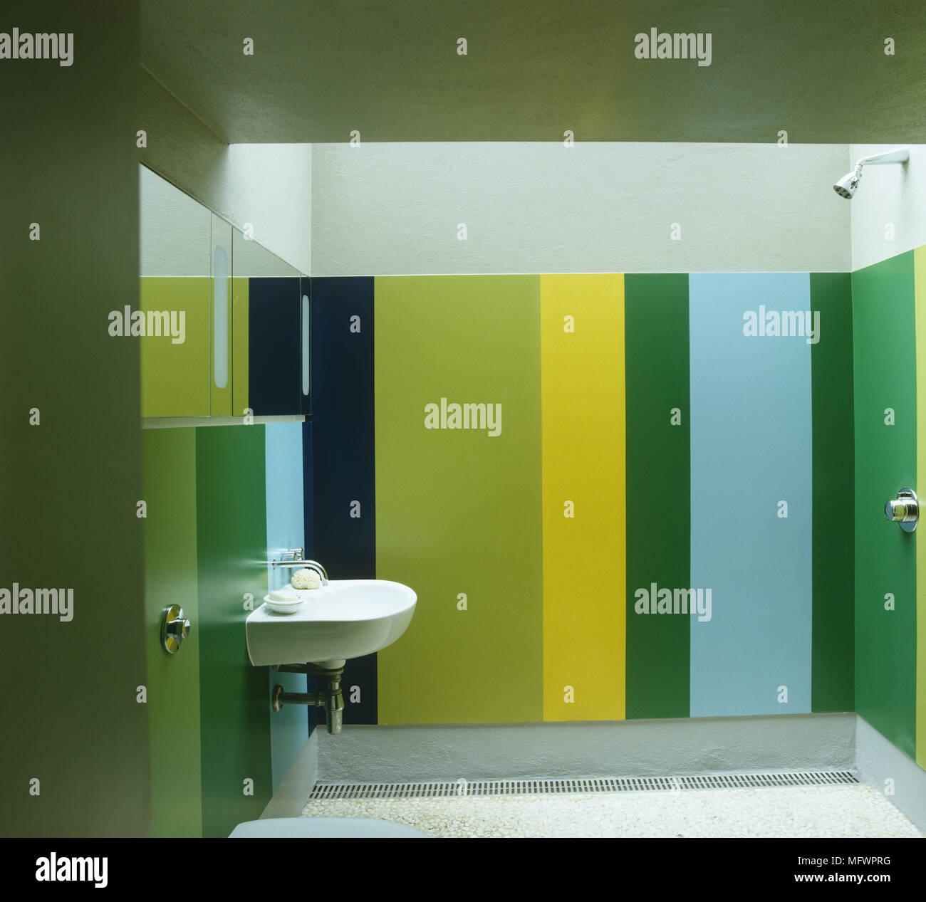 Lebendige Grun Gelb Und Blau Badezimmer Mit Waschbecken Vor Bereich