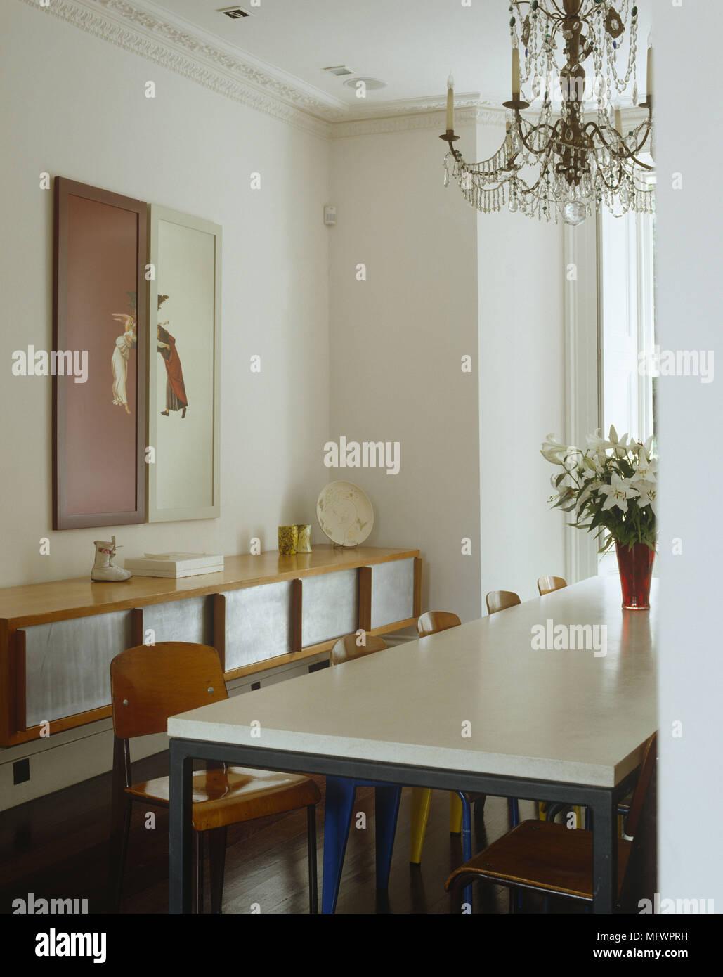 Artwork Montiert Auf Wand Uber Holz Seite Cabinet Mit Kronleuchter