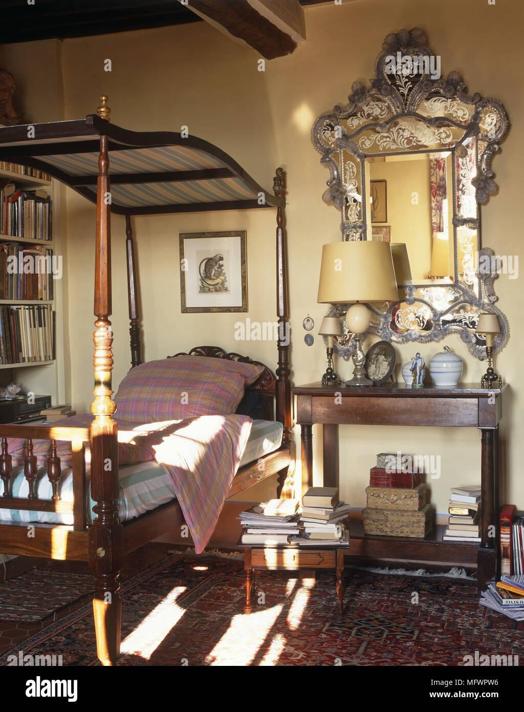 Schlafzimmer mit Himmelbett nächste mit verzierten Rahmen über ...
