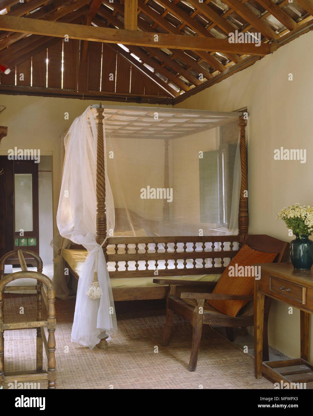 Schlafzimmer mit freiliegende Holzdach und ein Himmelbett mit ...
