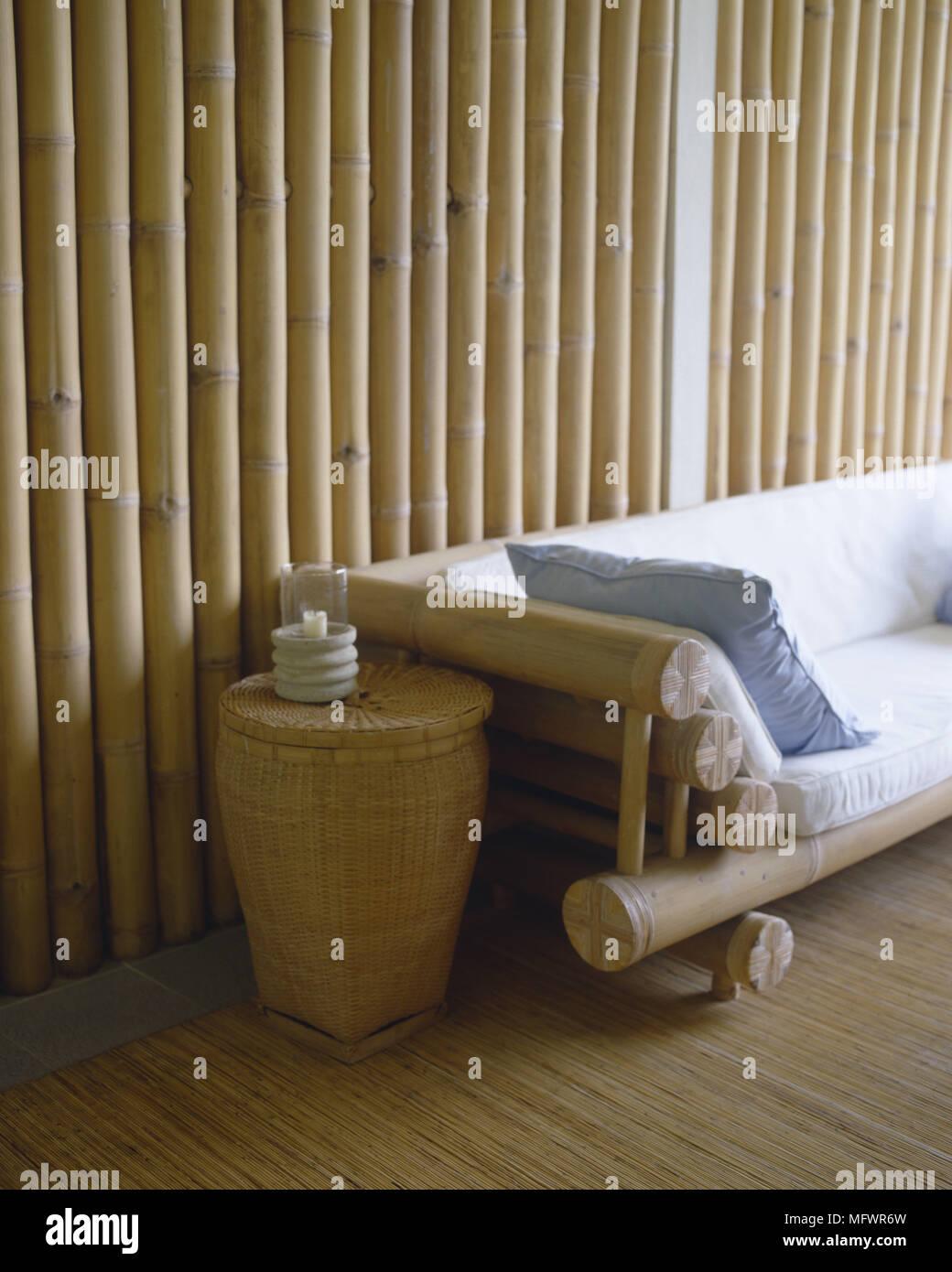 Bambusrahmen Sitz neben Weidenkorb vor Bambus Wand Stockfoto, Bild ...