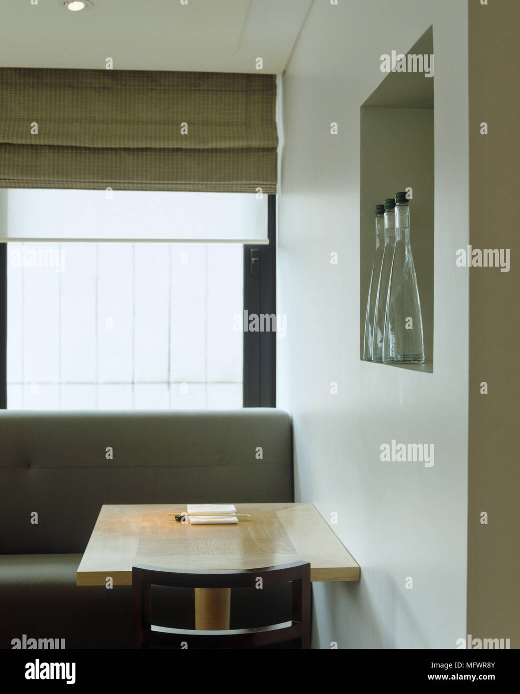 Holz  Tisch Und Sitzbänke Unter Fenster Mit Römischen Blind