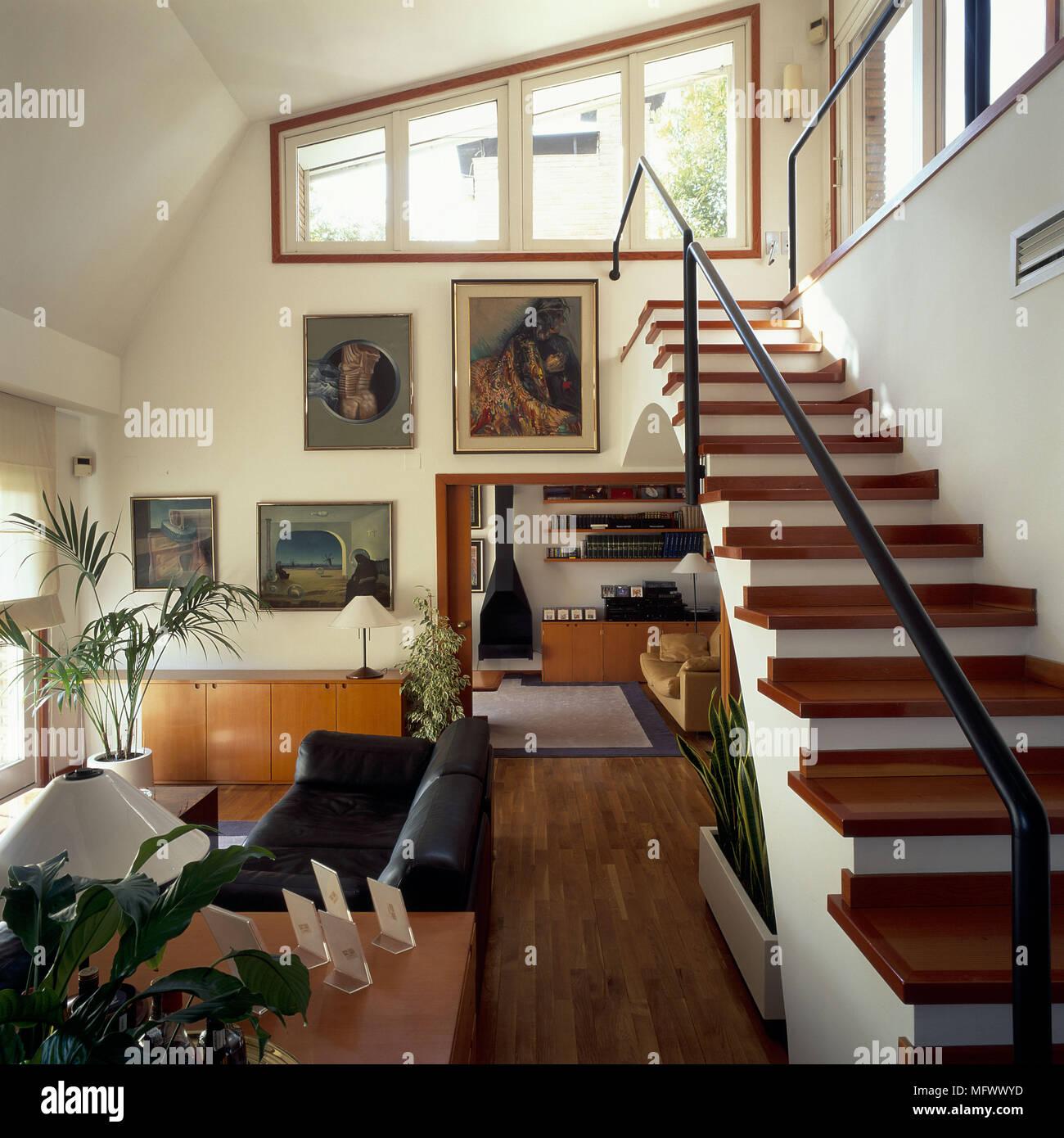 Blick auf eine eklektische Treppe zum Wohnzimmer Stockfoto, Bild ...