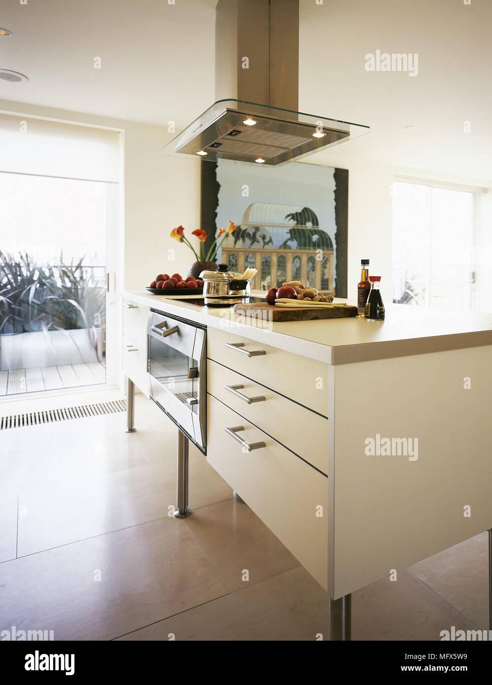 Die moderne, offene Küche mit Fliesenboden, zentrale Insel ...