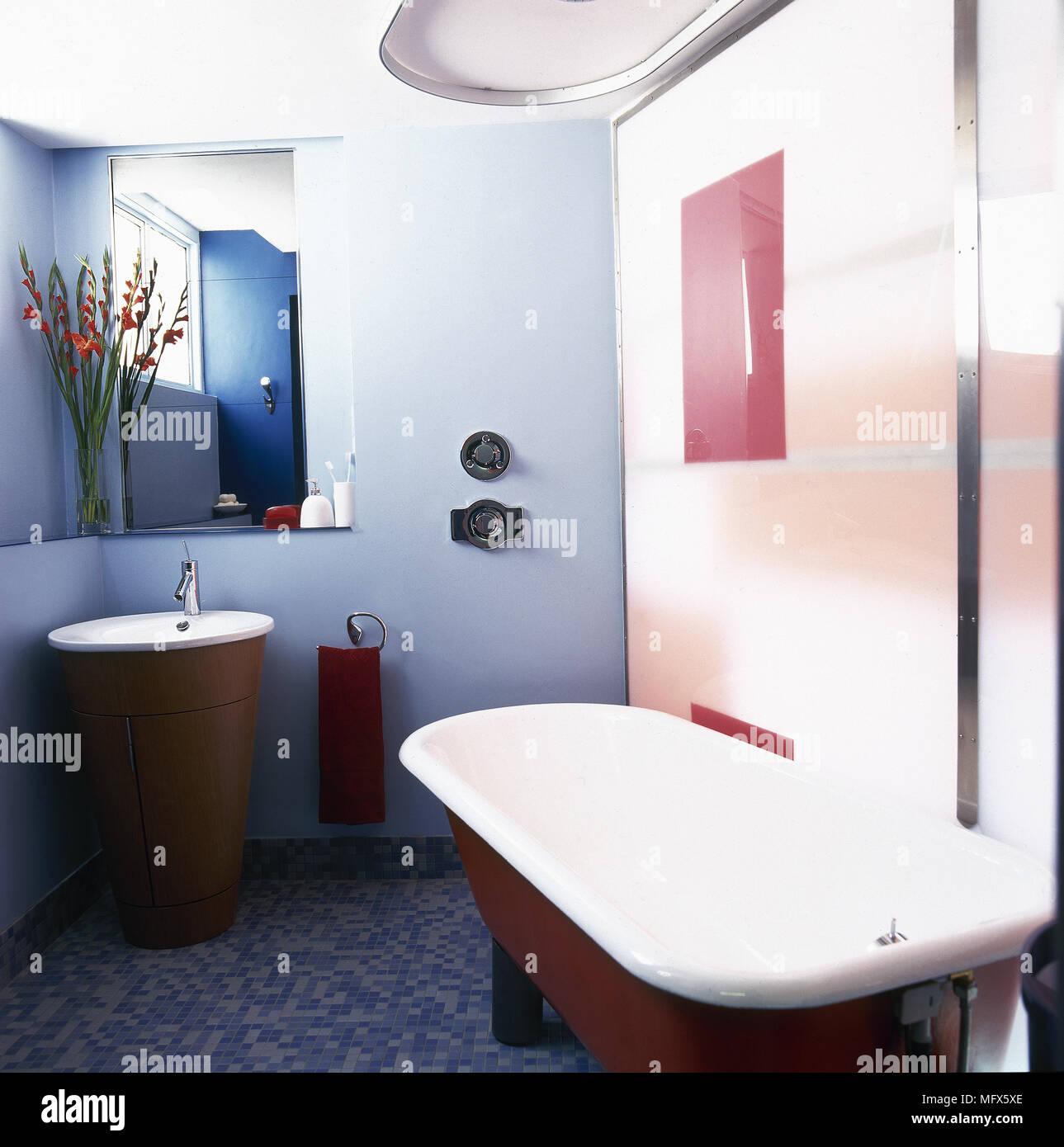 Moderne, geflieste Badezimmer mit einer freistehenden Badewanne ...