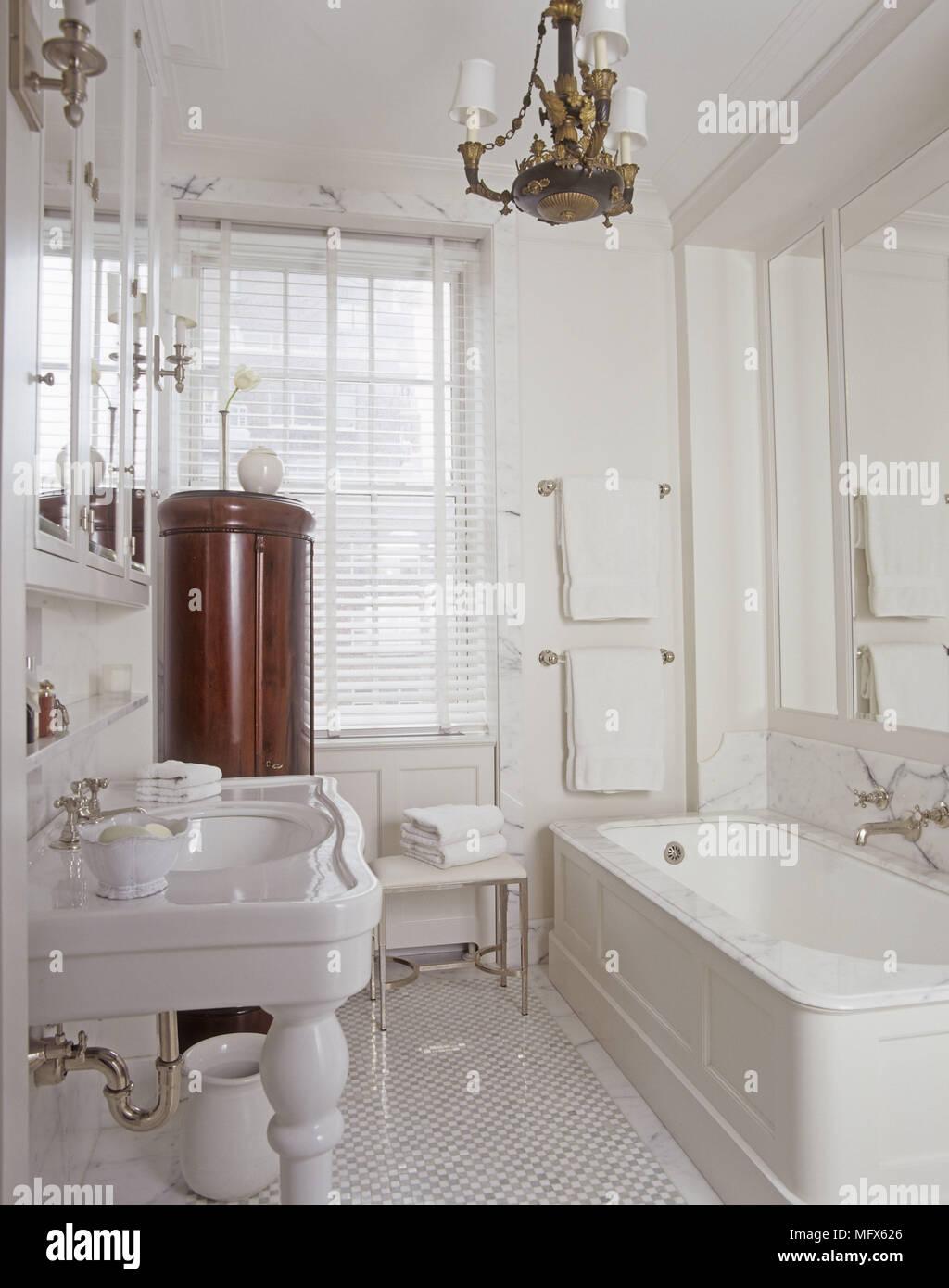 Ein traditionelles weißes Badezimmer Porzellan Waschbecken stehen ...