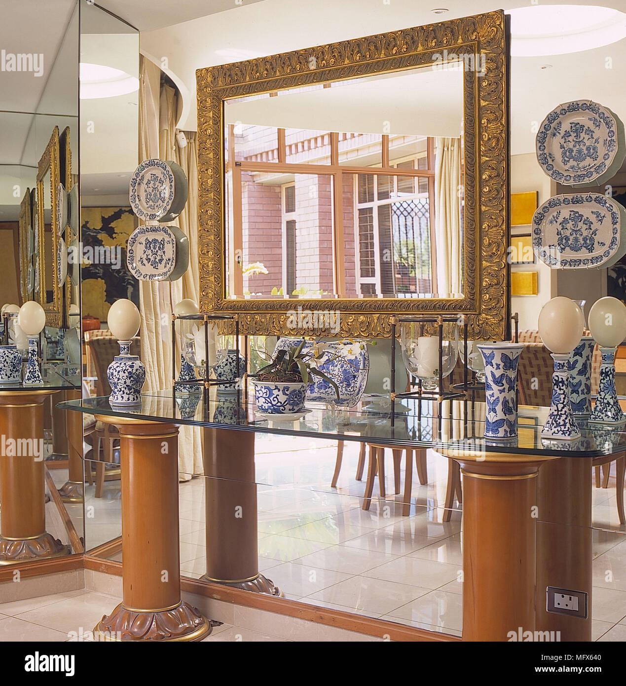 Esszimmer Detail Gespiegelt Wandregal Glas Gold Spiegel Keramik Blau Weiß  China Reflexion Innenräume Zimmer Chinesisch Japanisch Moderne Contempor