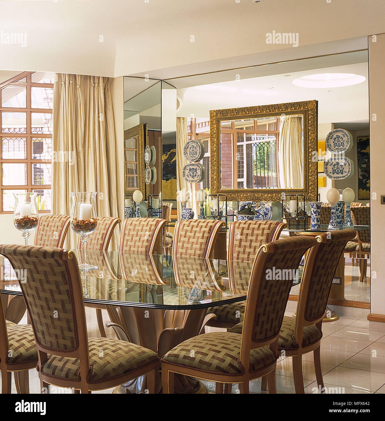 Esszimmer Weiße Wände Fliesen Steinboden Spiegel Wand Glas Tisch Braun  Beige Gepolsterten Stühlen Creme Vorhänge Innenräume Zimmer Gold Spiegel  Blau Weiß ...