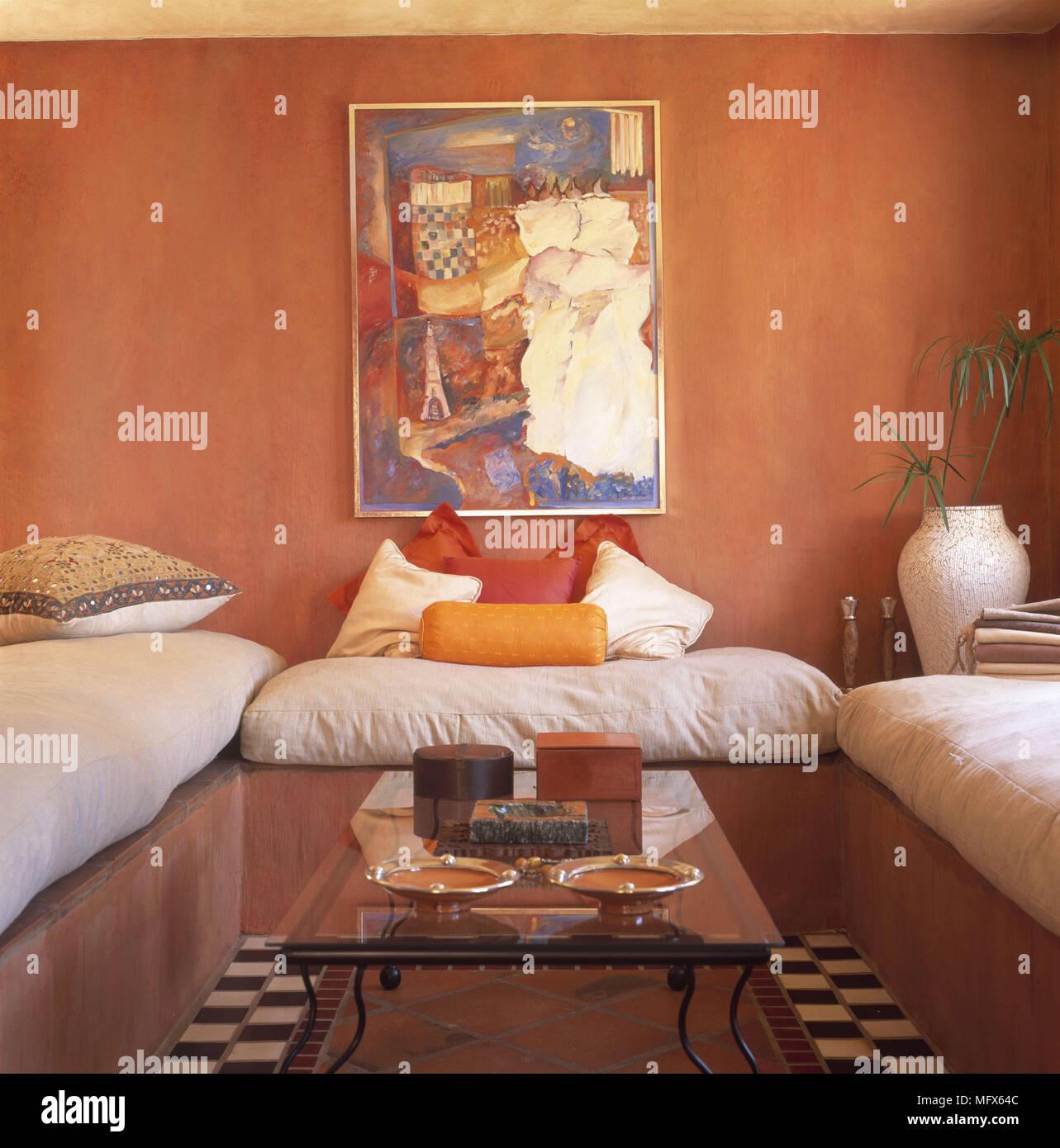 ethnische gestalteten orange wohnzimmer mit polster sitze um glas