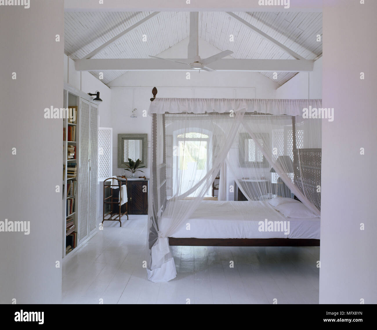 Himmelbett mit Baldachin in Weiß Landhausstil Schlafzimmer ...