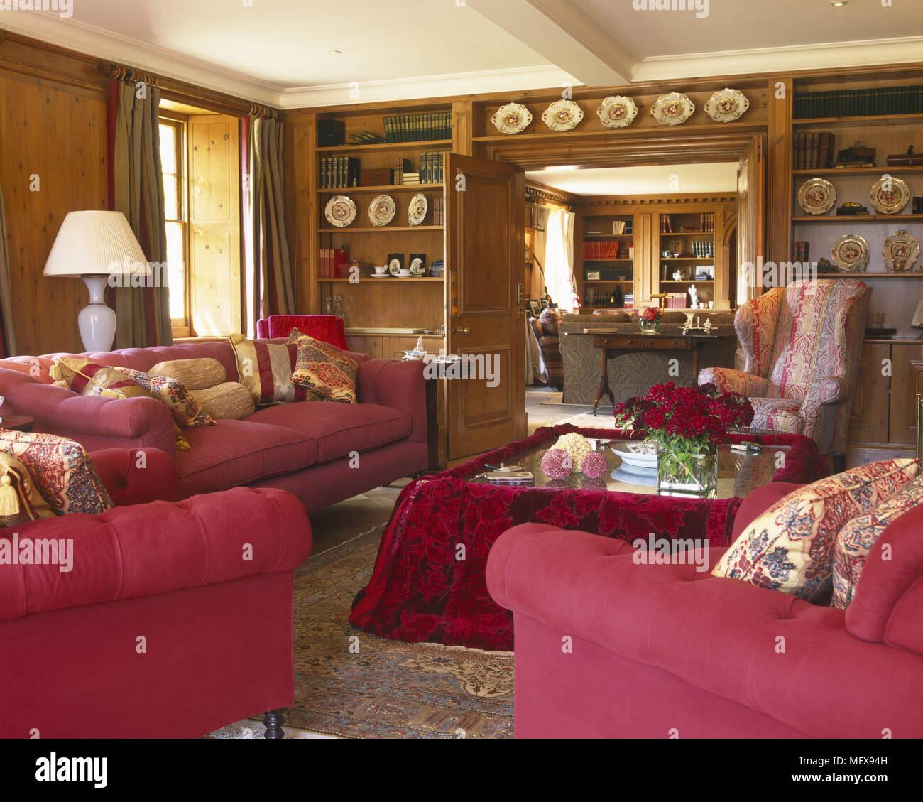 Gepolsterte Rote Sofa Und Sesseln Rund Um Tisch Im Wohnzimmer Stockfotografie Alamy